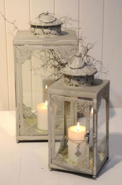 Plechová lucerna s ozdobnými detaily, zdroj: bellarose.cz